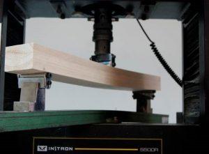 Ensayo de flexión estática de una viga de madera de paulownia