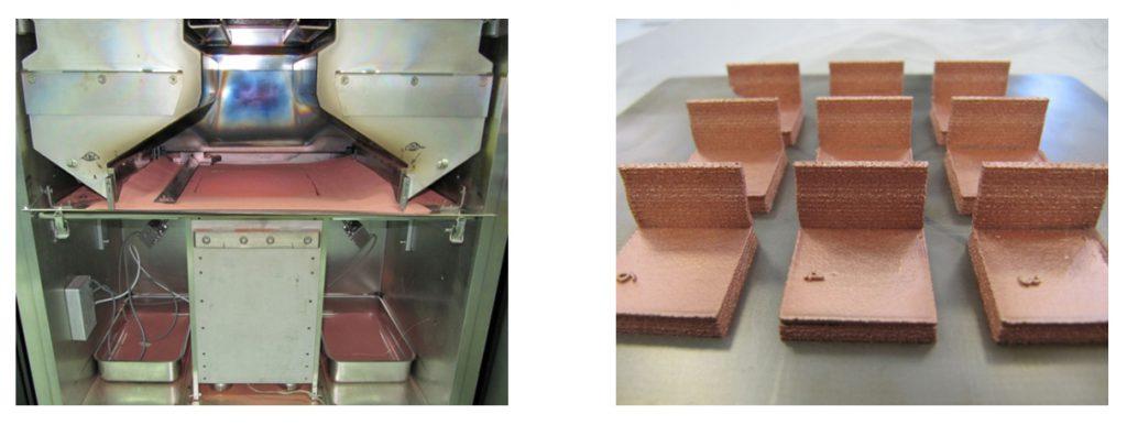 Interior de la cámara de la máquina EBM modelo A2 disponible en AIDIMME (Izquierda). Probetas tipo procesadas durante la experimentación para la obtención de los parámetros de procesado de cobre.