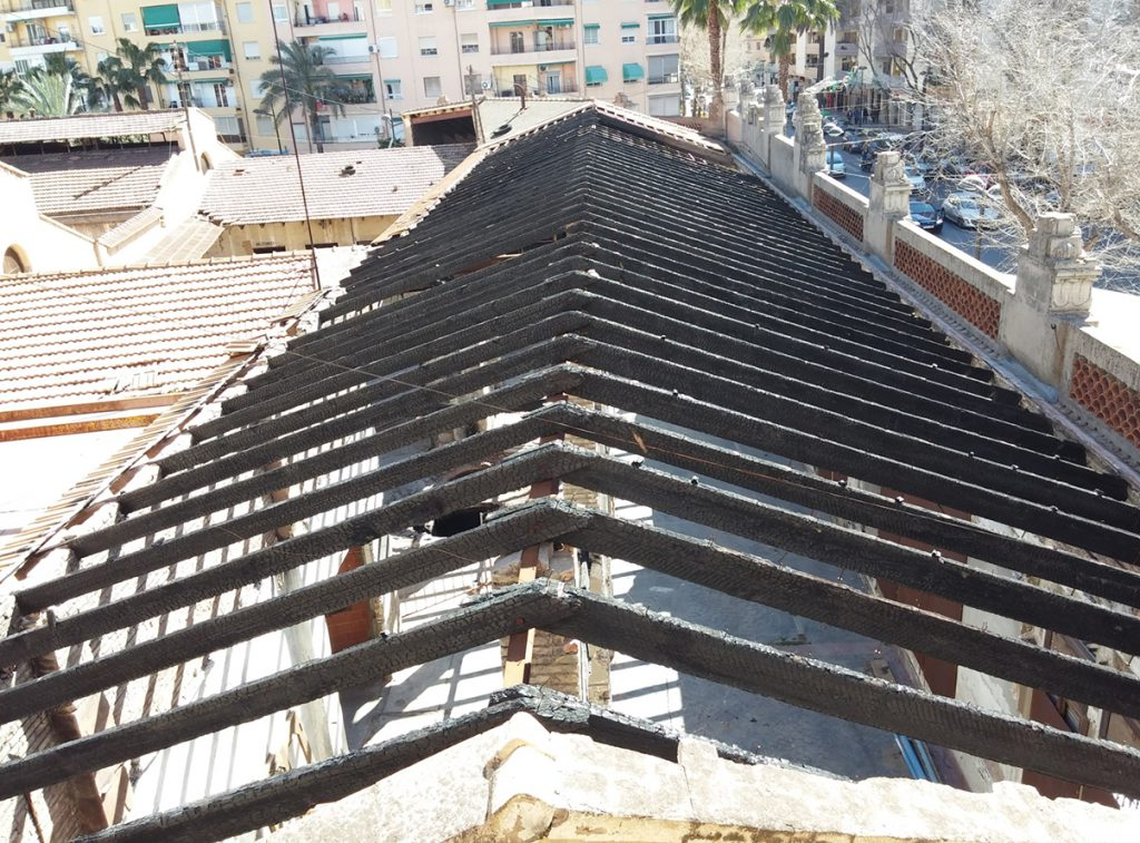 Cubierta quemada de un edificio del patrimonio histórico valenciano. Mediante resistografías y ultrasonidos se determinó la sección efectiva y la resistencia mecánica de las cerchas.