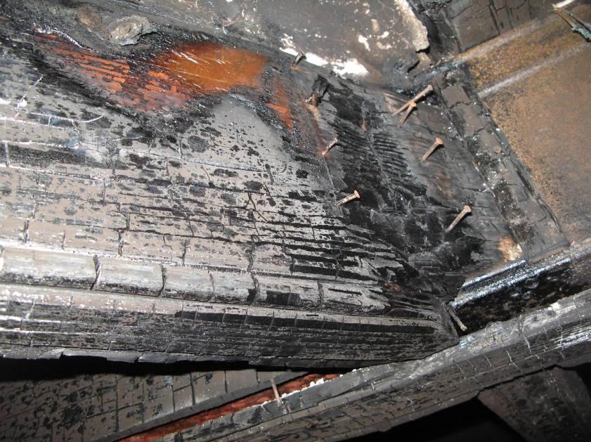 Viga de madera afectada por un incendio. Pese a su mal estado aparente, conservaba toda su resistencia estructural y pudo rehabilitarse con un simple lijado.