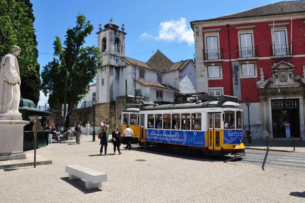 El famoso tranvía 28 que recorre el barrio de Alfama, uno de los cinco que integran el casco antiguo de Lisboa, junto a la Baixa, el Barrio Alto, Chiado y Belém. All-free-photos.com bajo licencia Creative Commons