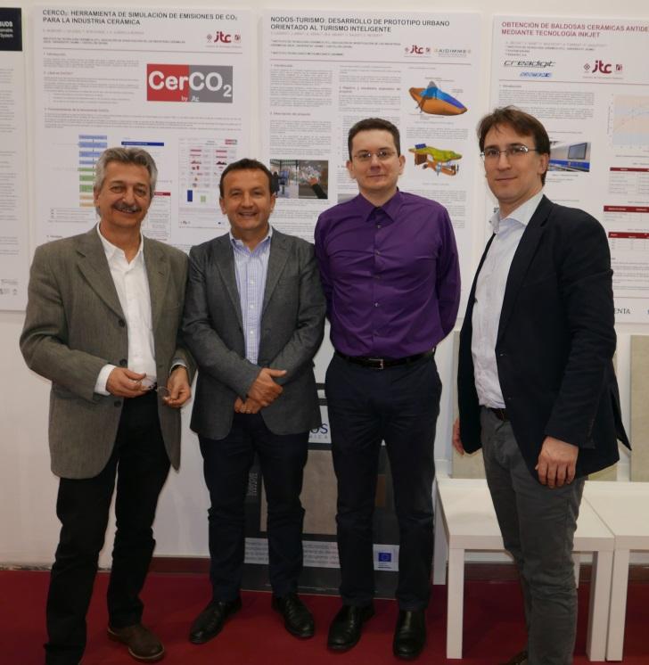 Parte del equipo del proyecto junto a un póster de difusión en CEVISAMA 2017.