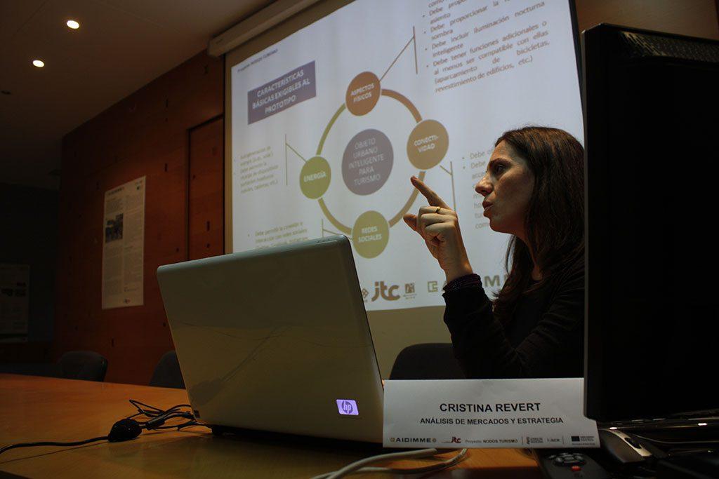 Explicación en el taller de las tendencias tecnológicas y sociales subyacentes a los requisitos de los objetos urbanos orientados al turismo.