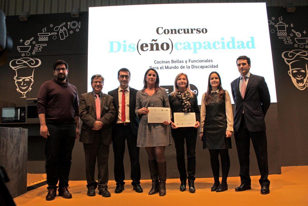 Las premiadas con sus respectivos diplomas.