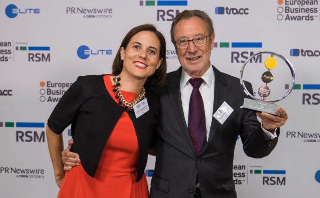 D. Vicente Berbegal y Dña. Soledad Berbegal, en la entrega del premio. Fuente: El Mundo