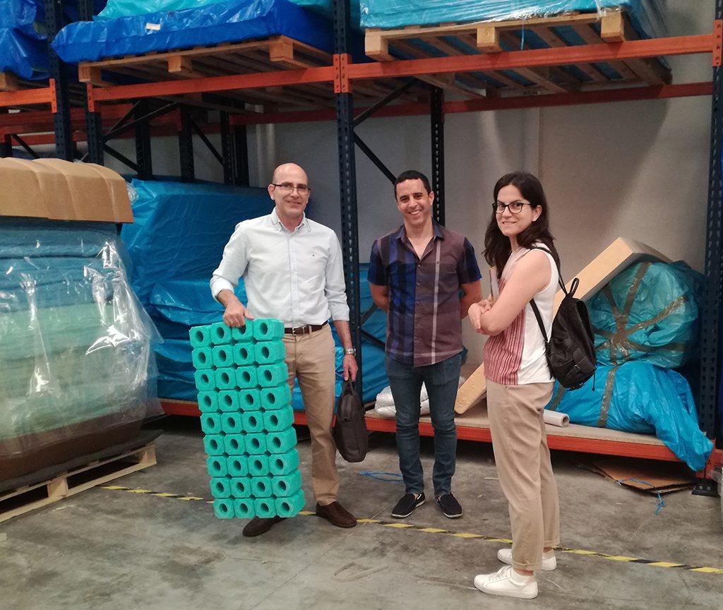 Figura. Los técnicos de AIDIMME Maria Ibiza Sales y Luis Marín con Mariano Marco, gerente de Quality Foam.