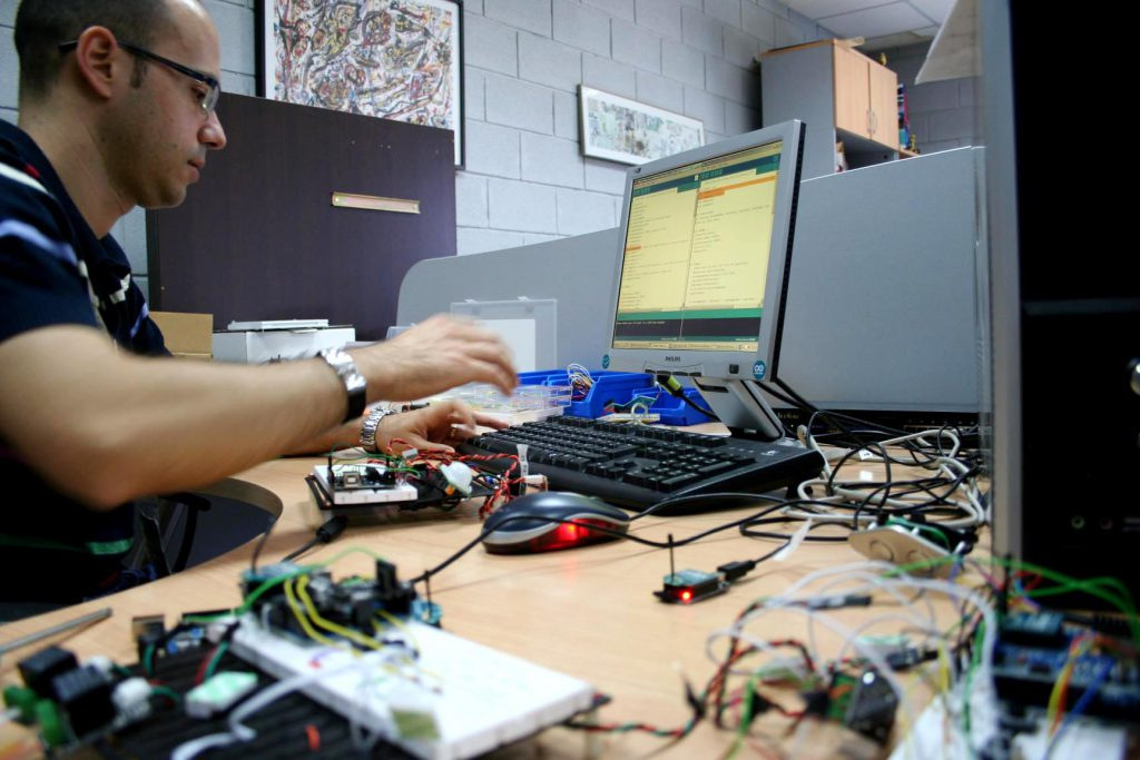 Programación de los dispositivos de control y sensores de inteligencia ambiental del hábitat.