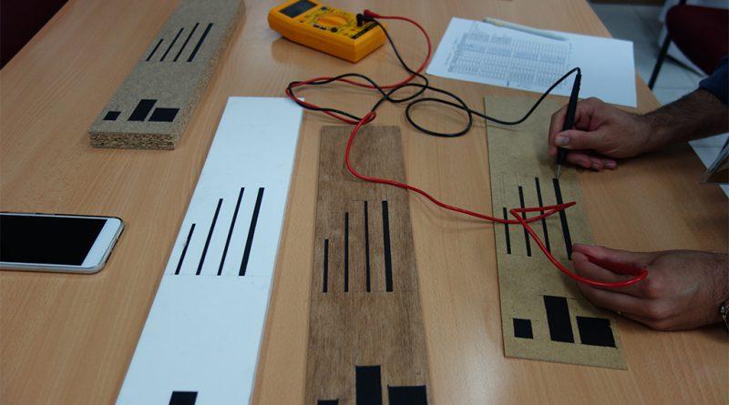 Medición de resistencia eléctrica de la pintura sobre diferentes tipos de tablero.