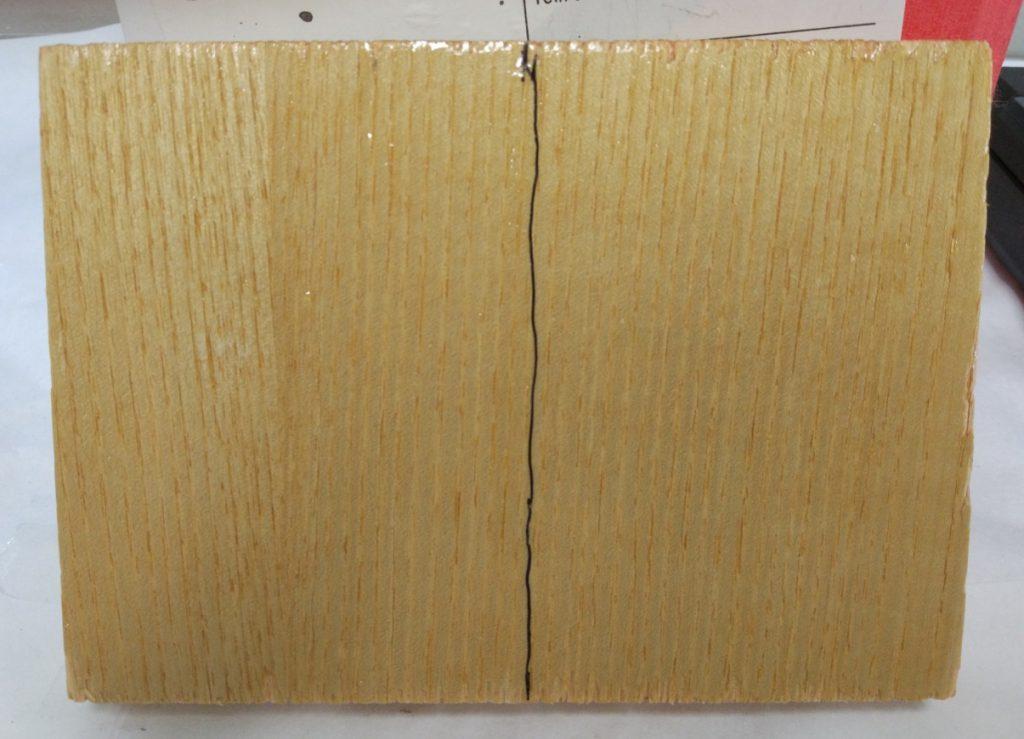 Detalle de la aplicación con pincel sobre fresno de dos de los productos seleccionados de entre los desarrollados hasta el mommento en AIDIMME.