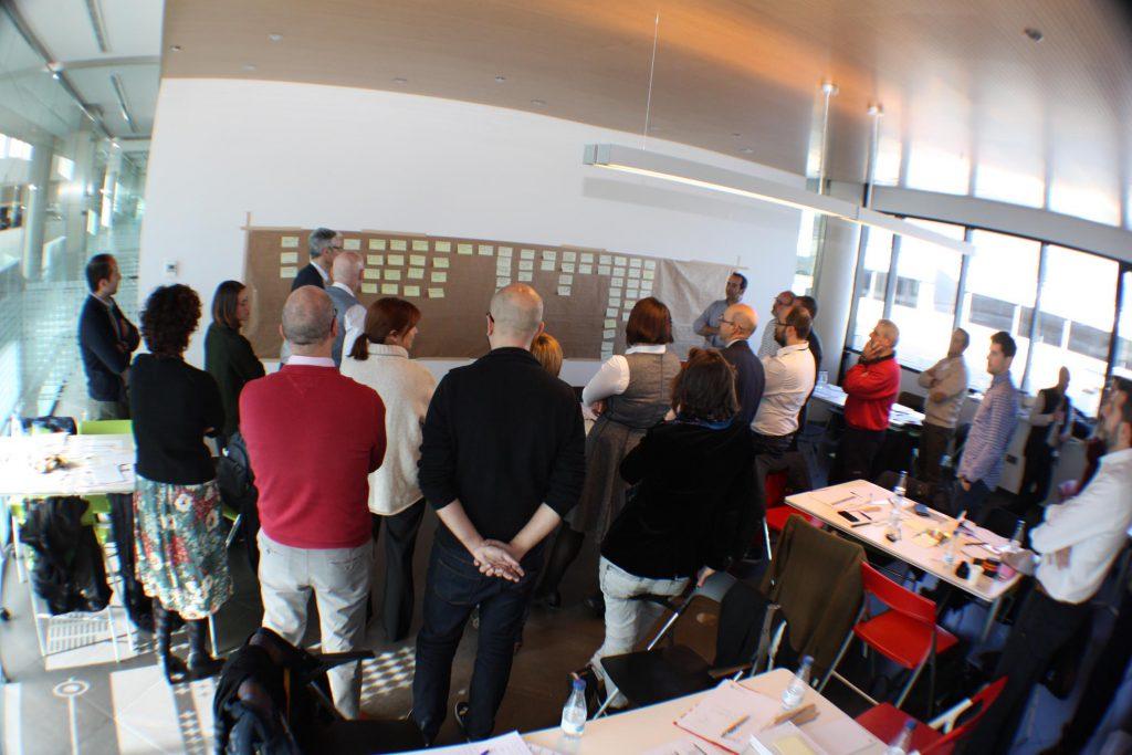 Los participantes seleccionando las propuestas en el segundo encuentro de los talleres realizado en la empresa de mobiliario ACTIU.