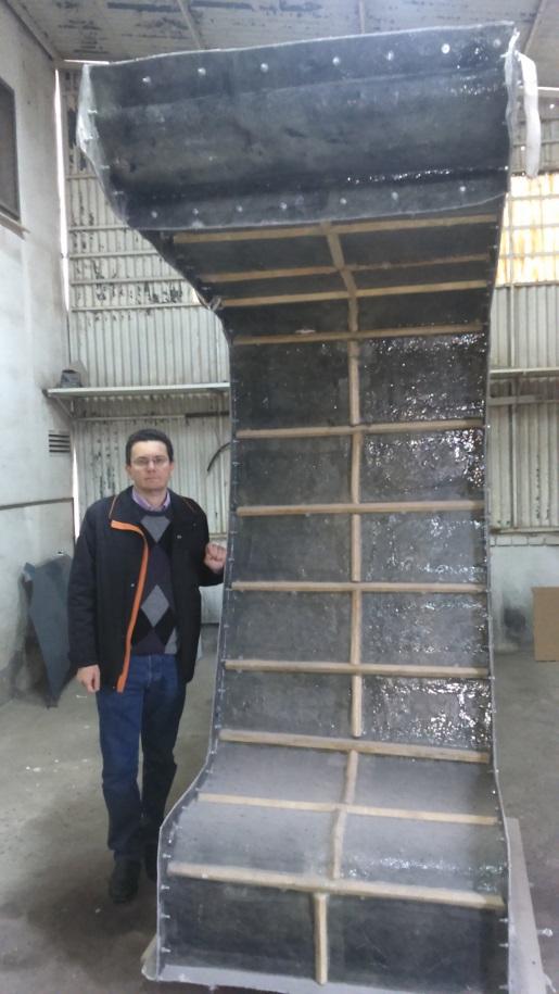 Imagen 6. Estructura principal del prototipo, que está hecha en fibra de vidrio de 8 mm. Sobre esta estructura principal, que se está puliendo y pintando, se instalará la cerámica autolimpiante y la madera tratada.