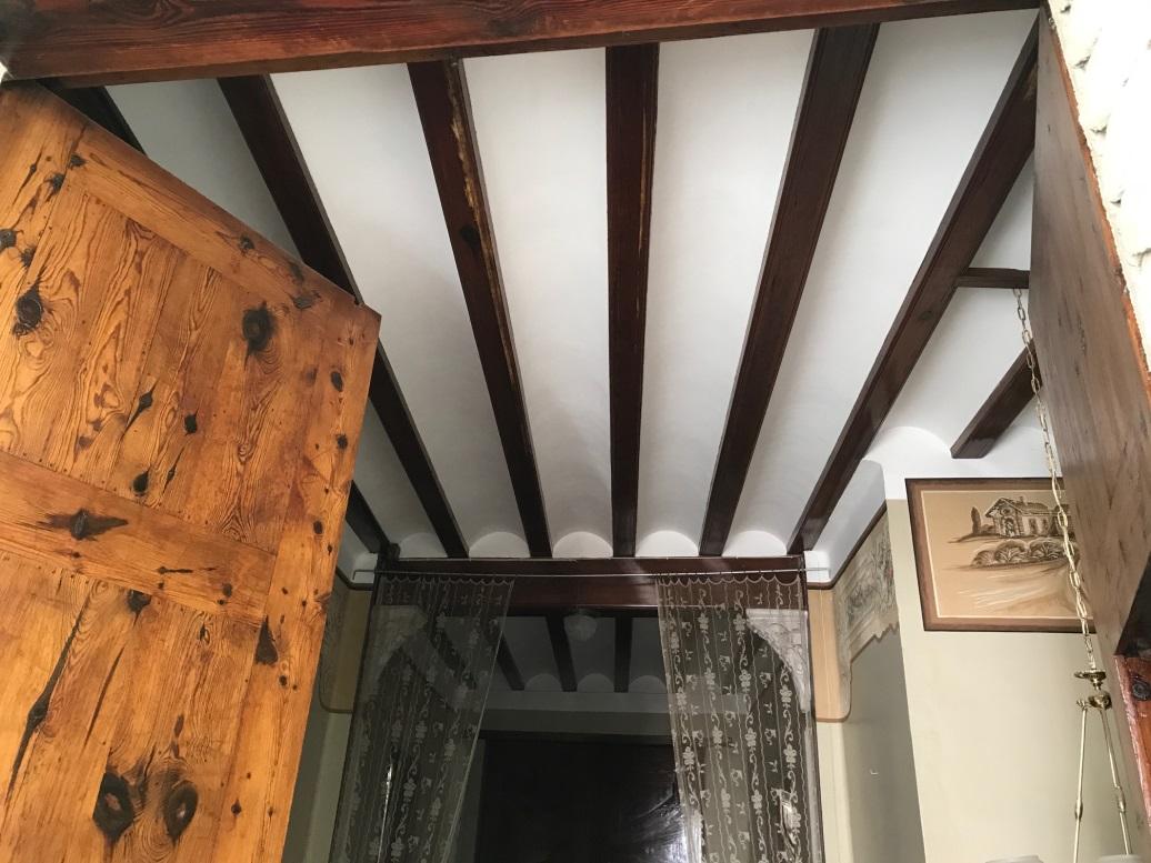 Fotografía 2. Solución constructiva de forjado típica en las casas de principio de siglo XX en Massanassa (las vigas son de mobila y por ello se han conservado muy bien).