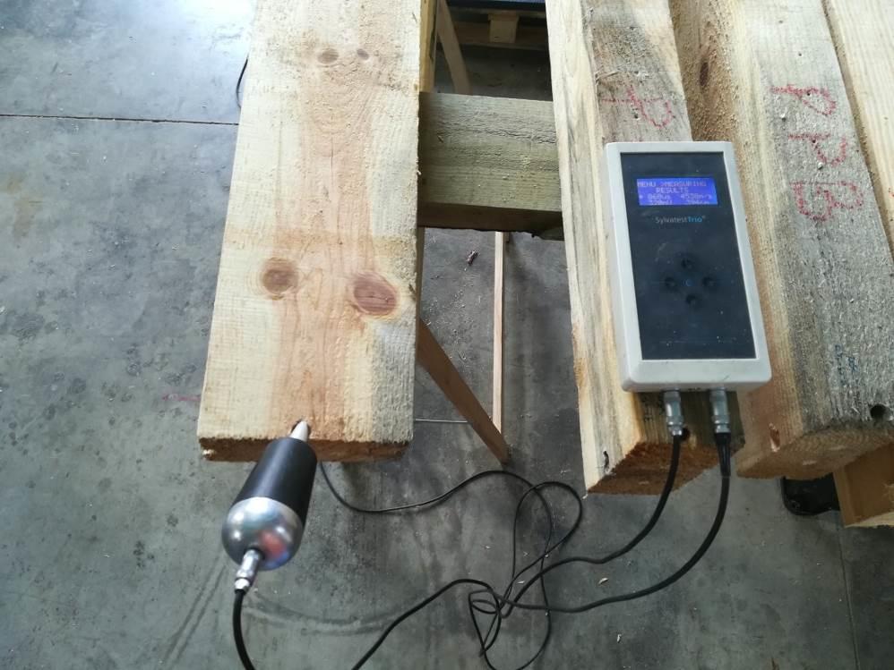 Imagen 3. Evaluación no destructiva de la resistencia mecánica de las vigas mediante tecnología de emisión-recepción de ultrasonidos.