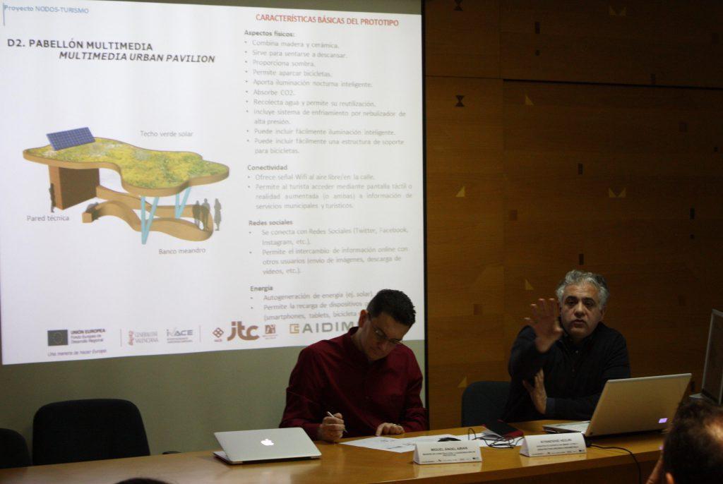 El especialista austriaco explica el pabellón multimedia, el segundo de los diseños en los que ha asesorado, y que se sometieron a votación al final de la sesión de trabajo.