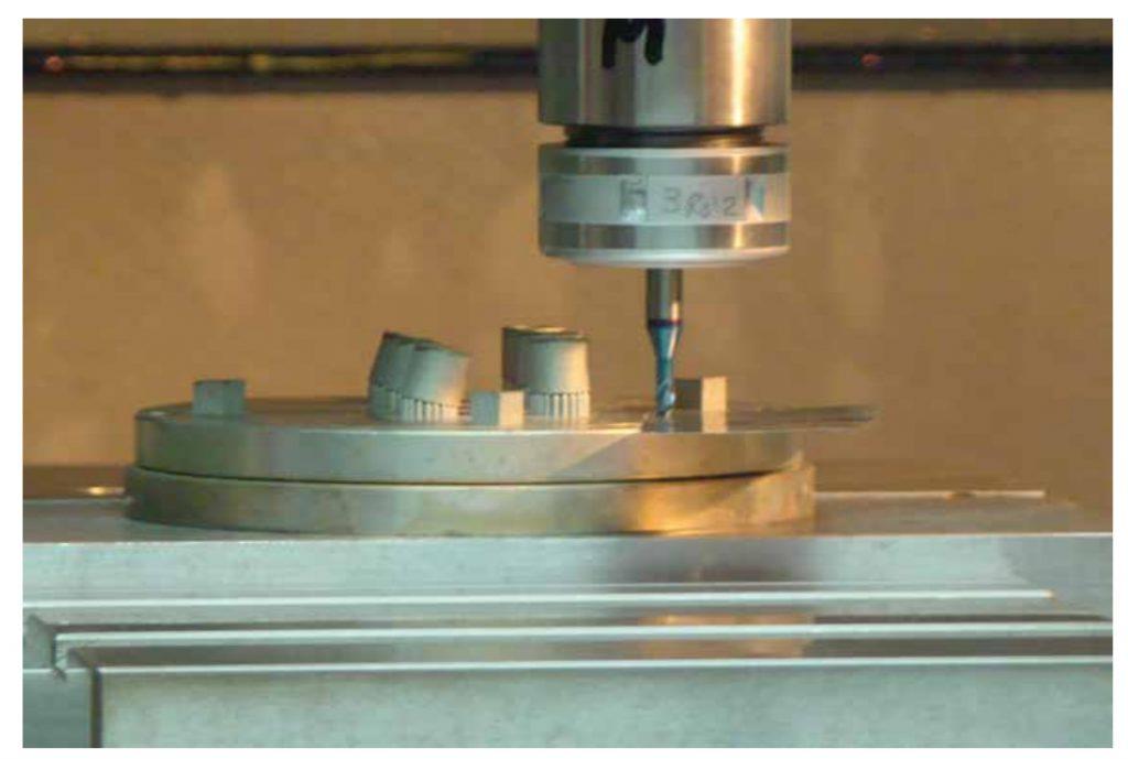 Imágen de probetas fabricadas por tecnología de fabricación aditiva en proceso de mecanizado posterior