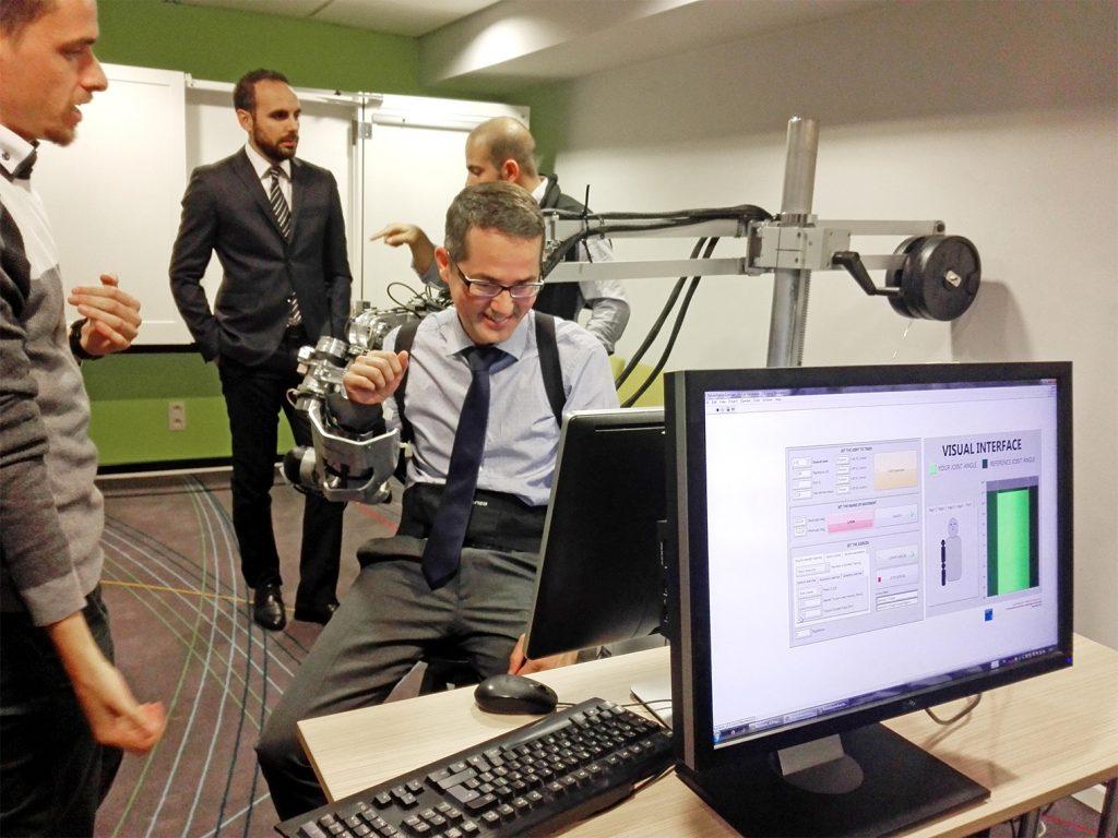 El director de I+D+i de Royo Group, César Taboas, en una de las pruebas con exoesqueleto durante la presentación del proyecto HUMAN en Bruselas.