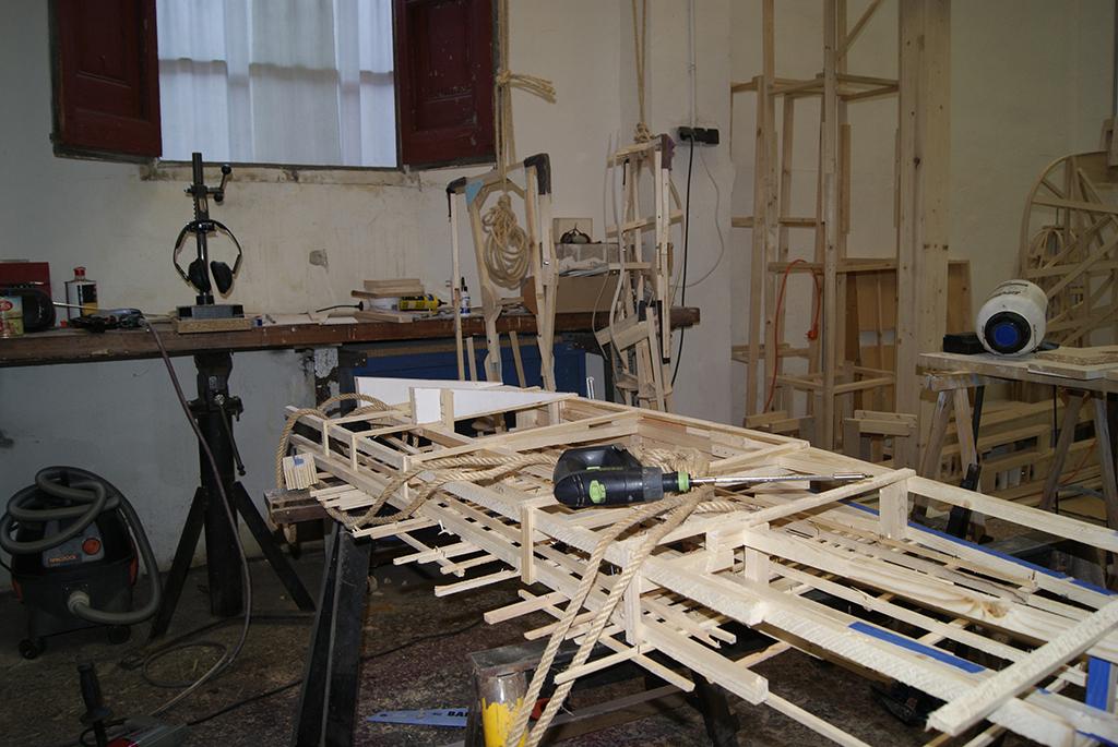 La madera es el principal material en la creación de las fallas de Anna y Giovanni