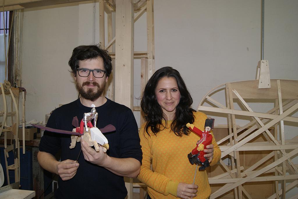 Giovanni Nardín y Anna Ruiz, con dos de las figuras que formarán parte del monumento infantil municipal de Valencia 2017