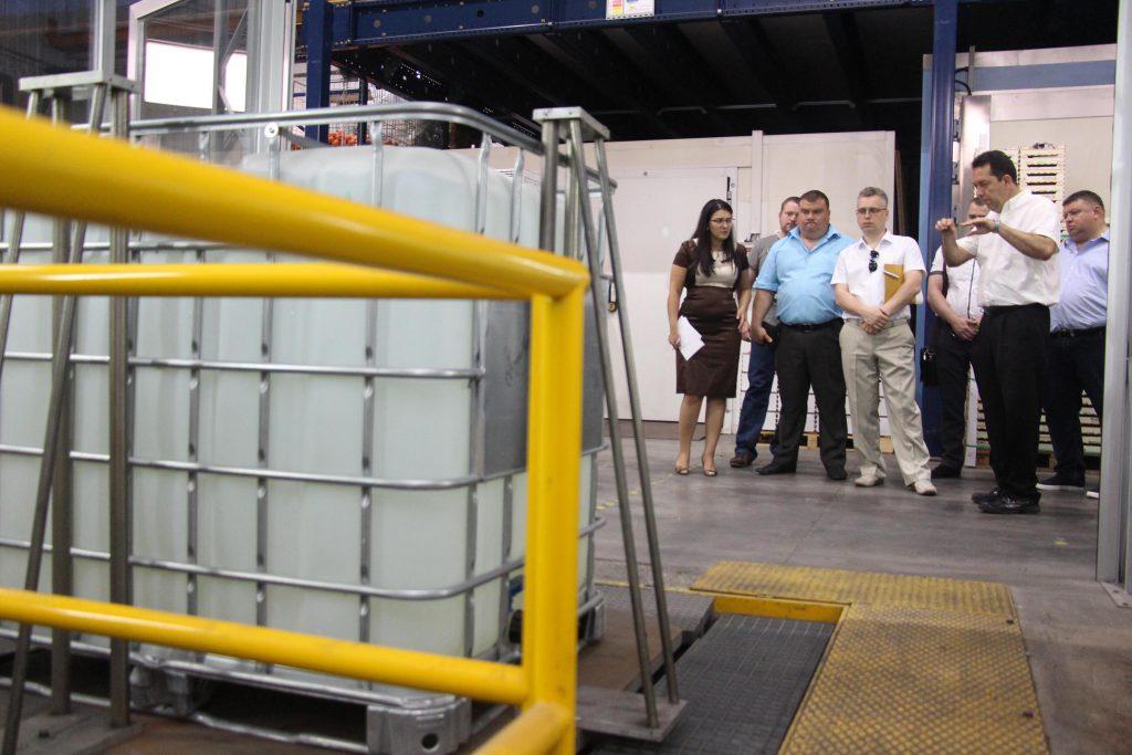 La delegación ucraniana ante un ensayo de simulación de transporte, que permite reproducir rutas concretas, terrestres, aéreas, o marítimas, y analizar la respuesta de los sistemas de embalaje y contención.