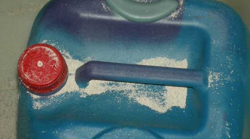 Efecto de un producto químico corrosivo sobre un envase plástico de polietileno de alta densidad HDPE. Fuente: AIDIMME.